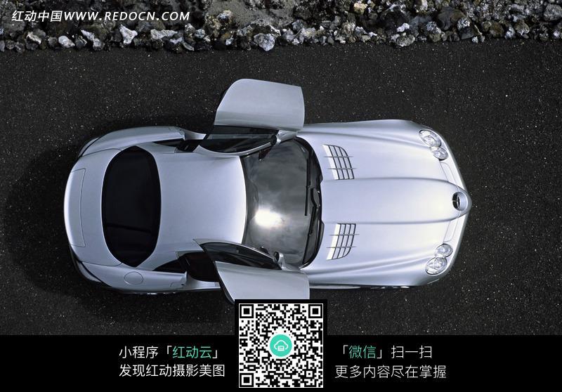 开车门的银白色汽车俯视图图片高清图片