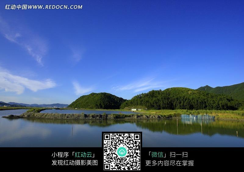 免费素材 图片素材 自然风光 自然风景 蔚蓝湖水映照天空山丘  请您分