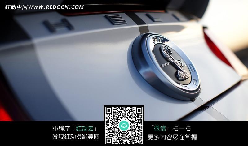 福特野马ShelbyGT500发动机上的眼镜蛇车标图片高清图片