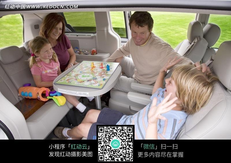 克莱斯勒汽车内部玩耍的一家人图片