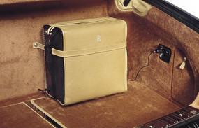 放在汽车尾箱里的皮箱