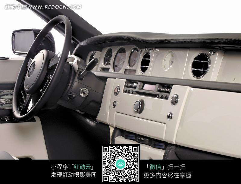 汽车内部的各种仪表和方向盘