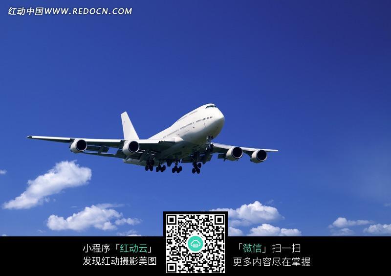 蓝天中飞行的飞机图片