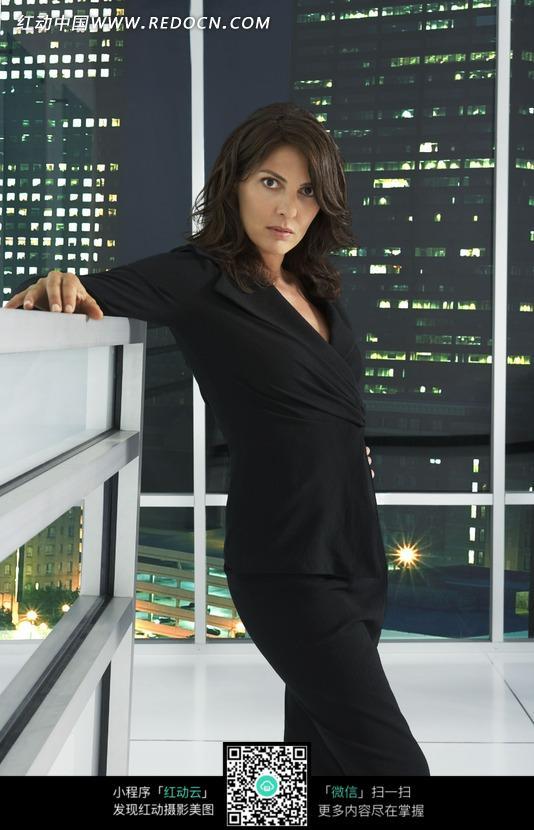 美女 黑色-穿黑色职业装的外国美女