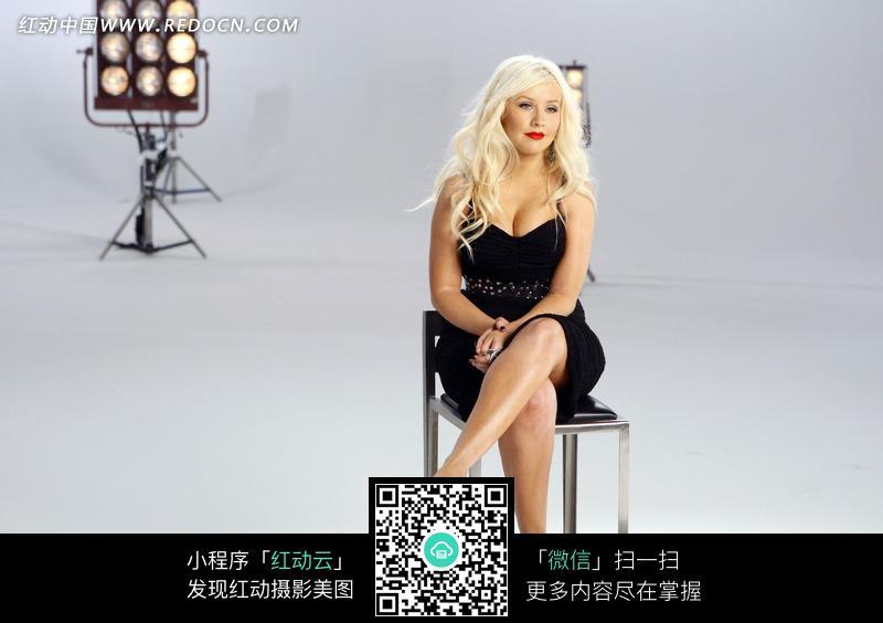 坐着的外国性感美女图片