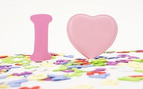 粉色I爱心与遍地彩色英文字母