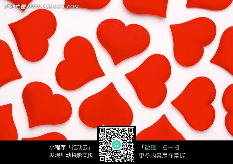 白色背景上的红色绒面爱心装饰