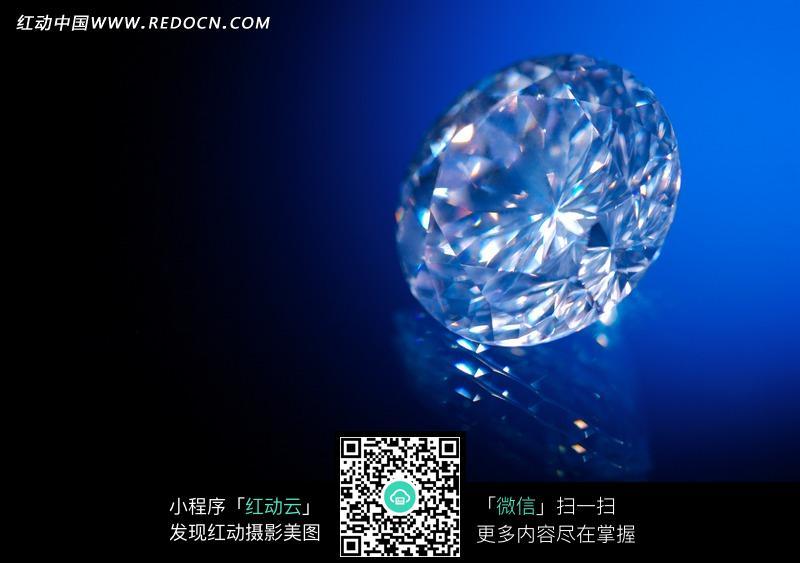 生活百科 珠宝服饰 蓝色背景上绚烂夺目的钻石  请您分享: 素材描述