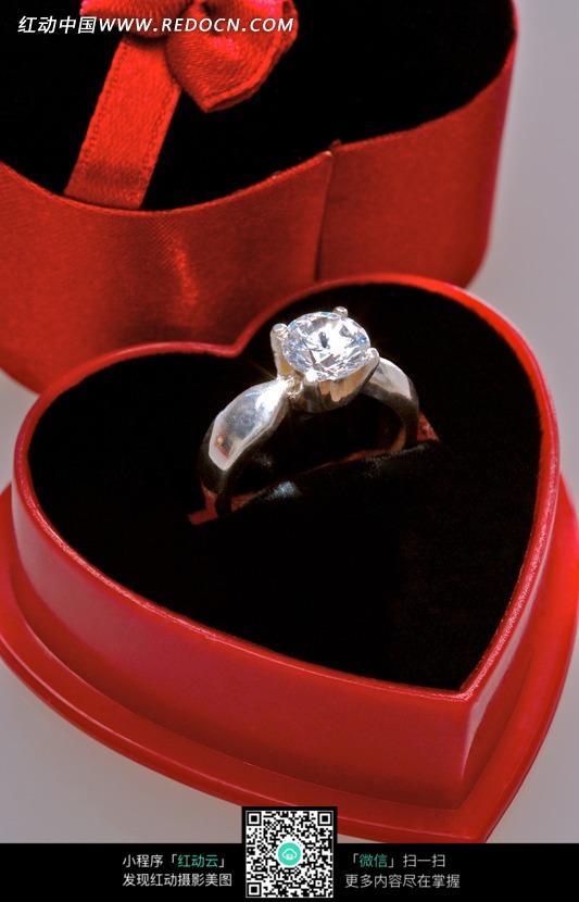 心形包装盒里的钻石戒指图片