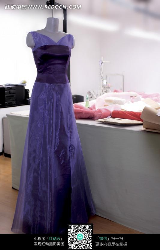 穿着紫色长裙的假人模特图片