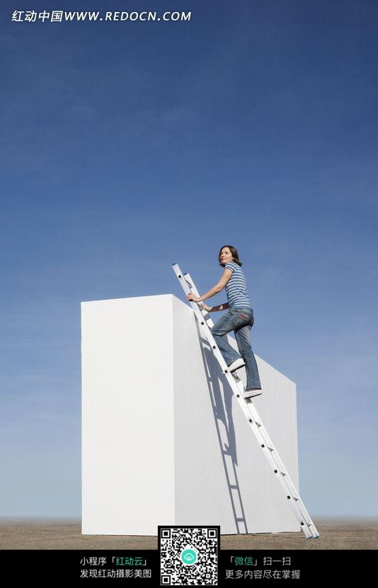 免费素材 图片素材 人物图片 职业人物 爬梯子上方形柱子的女人  请您