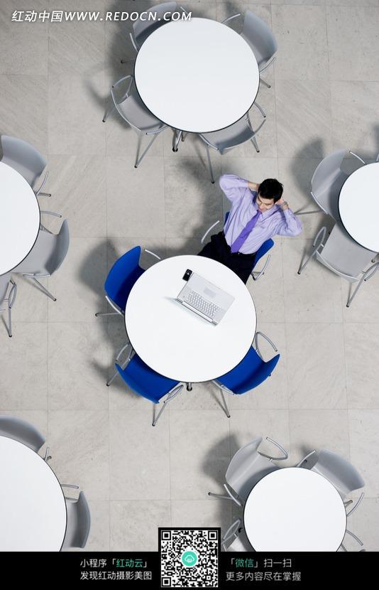 商务男士 圆桌 椅子 商业 笔记本电脑 抱头 地板 顶视图 人物素材