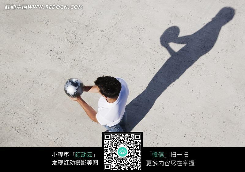 双手托起地球模型的外国男人图片免费下载 红动网