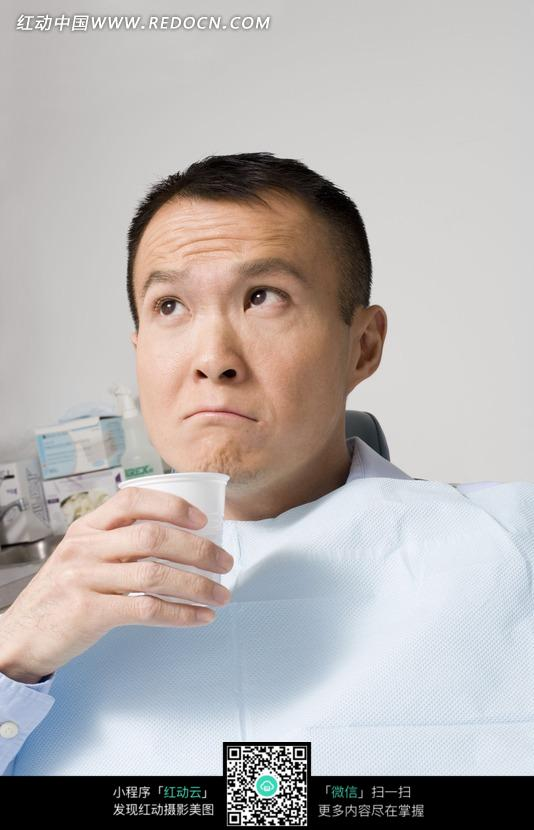 吃药 病人 男病人 眼睛 上瞟 男士 男人 人物摄影 人物素材 生活照片