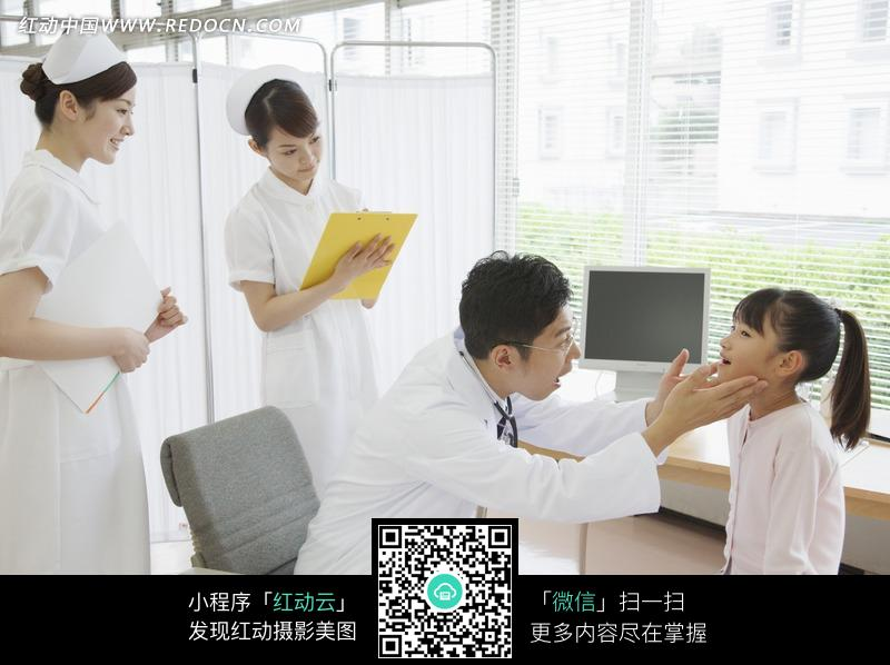 观察小女孩口腔的男医生图片
