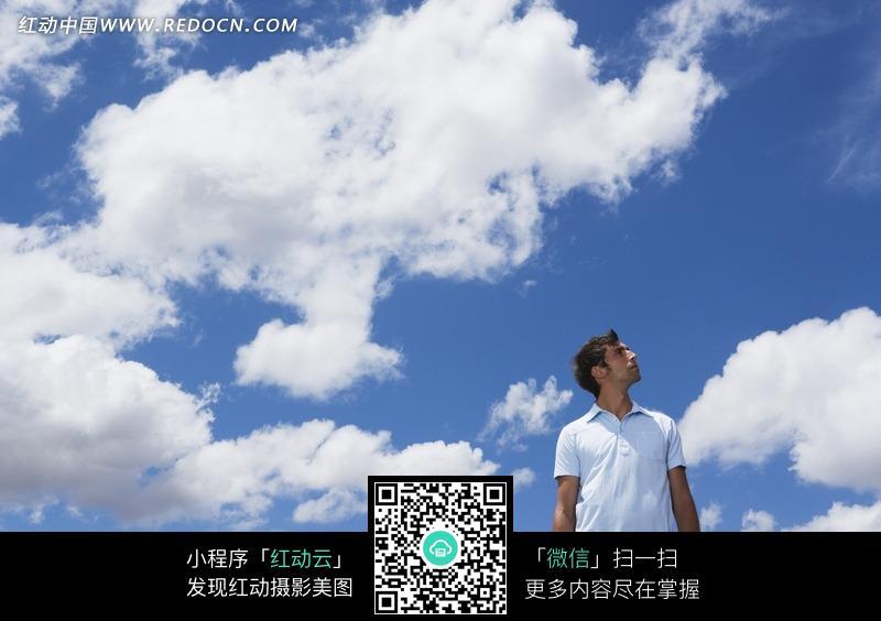 仰望天空的男人