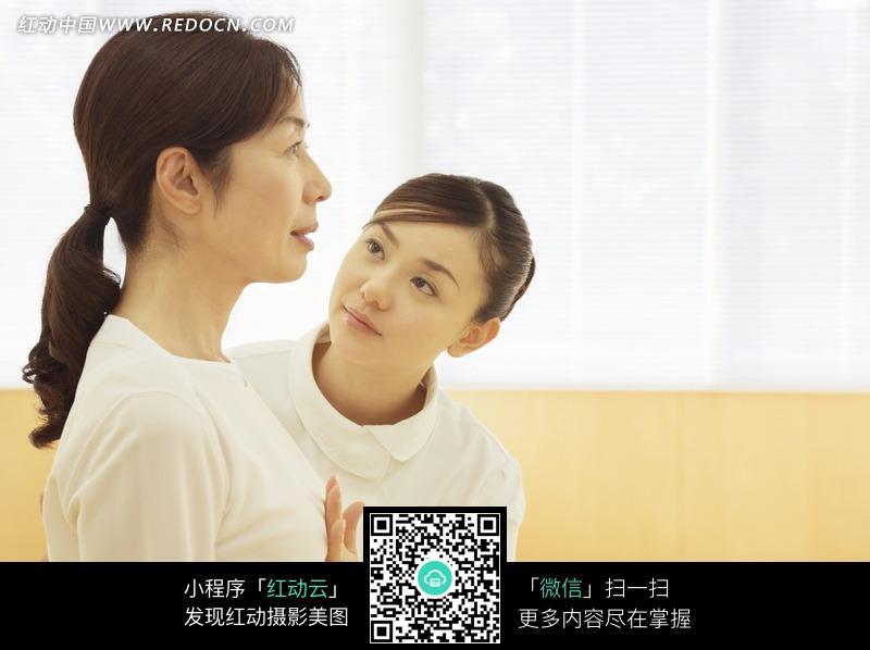 美女护士的小穴视频_为病人按摩心口的美女护士图片
