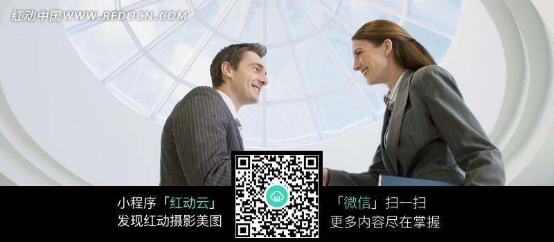 外国一男一女握手合作愉快图片