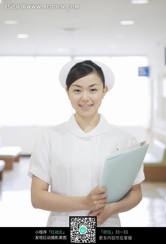 手拿病历的漂亮女护士图片