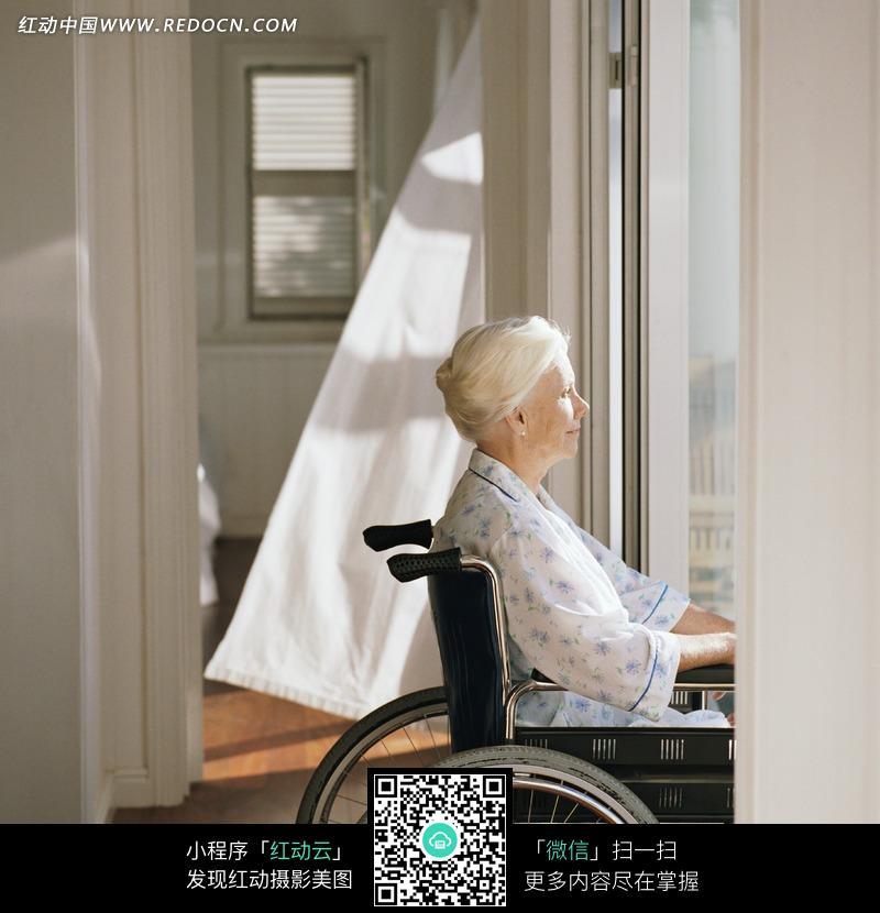坐在轮椅上的国外老人图片