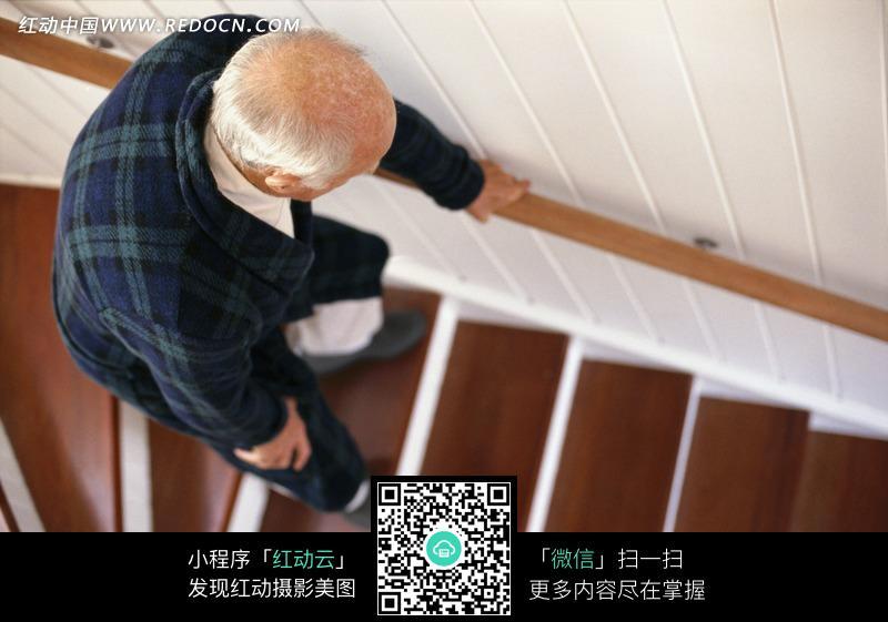 下楼梯的白发老人