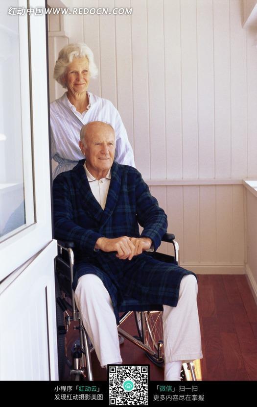 轮椅上男人图片
