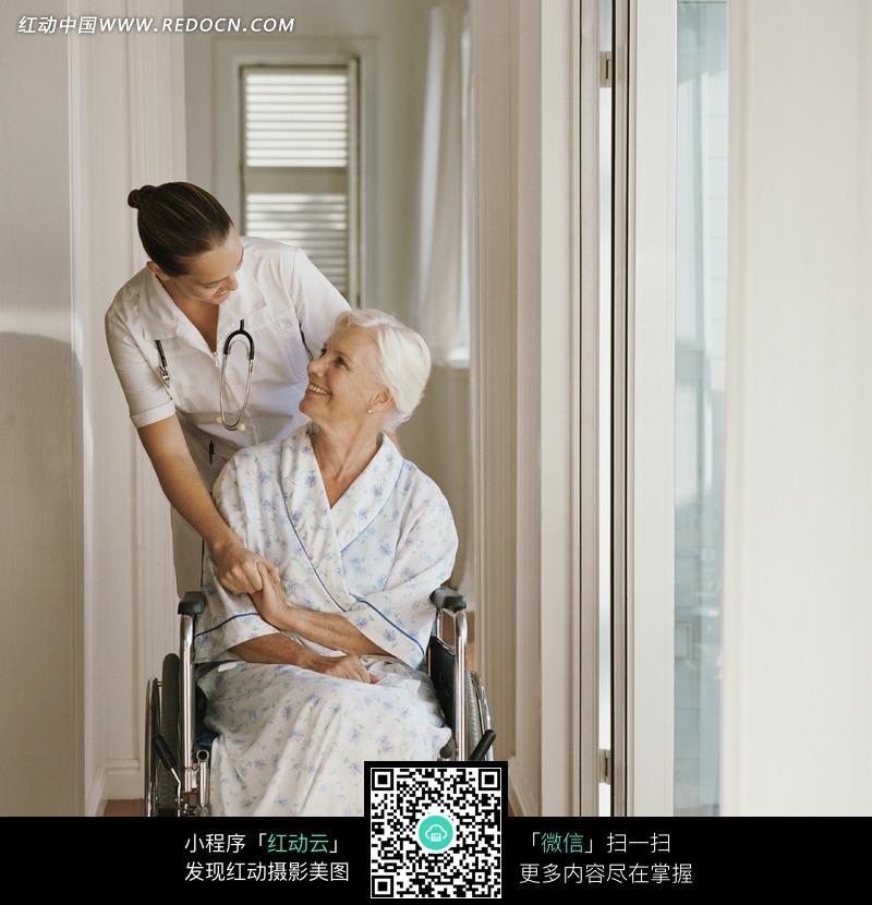 坐在轮椅上的外国老人和医生图片