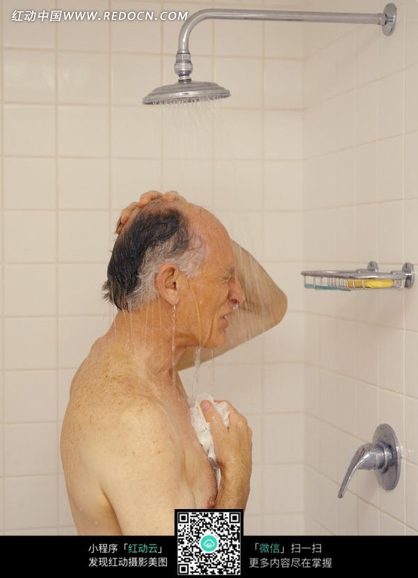 正在淋浴的外国老人_老年人物图片