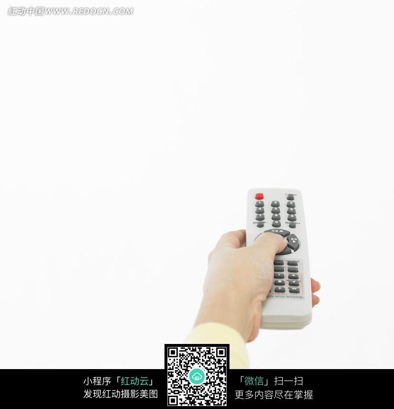 拿着电视机遥控器的手图片