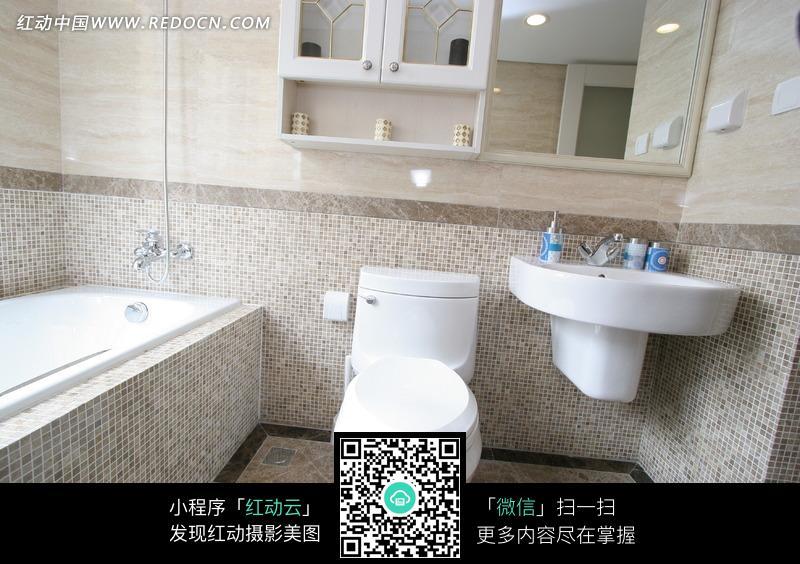 卫生间里的马桶镜和洗脸池