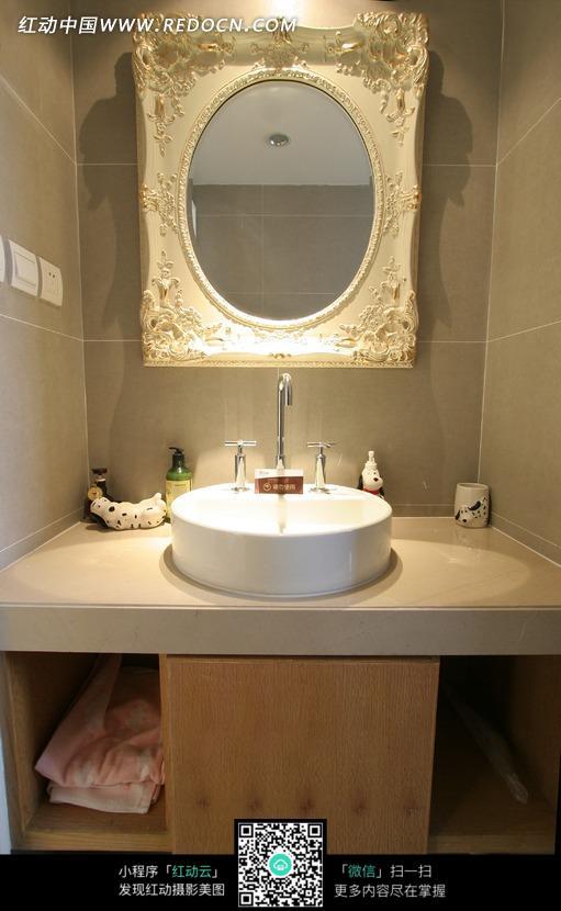 镜子前面的洗手盆图片_室内设计图片