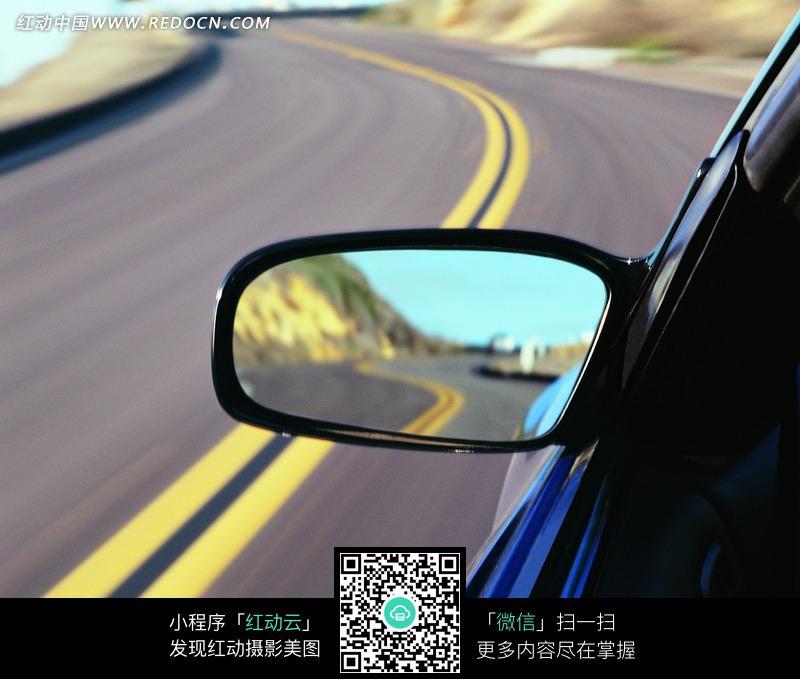 行驶中的汽车后视镜画面