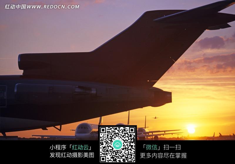 夕阳下飞机场上停放的飞机图片