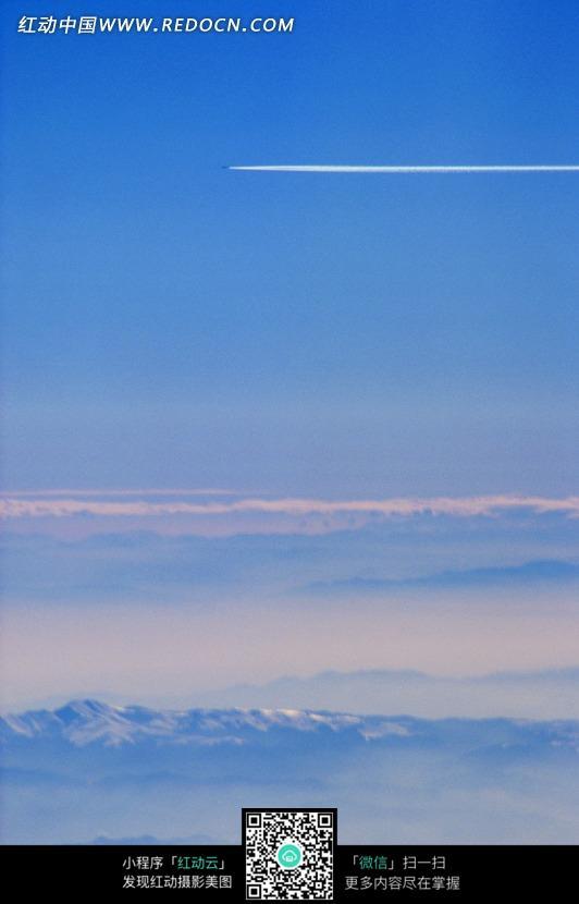 蓝天中喷气飞机留下的白线图片