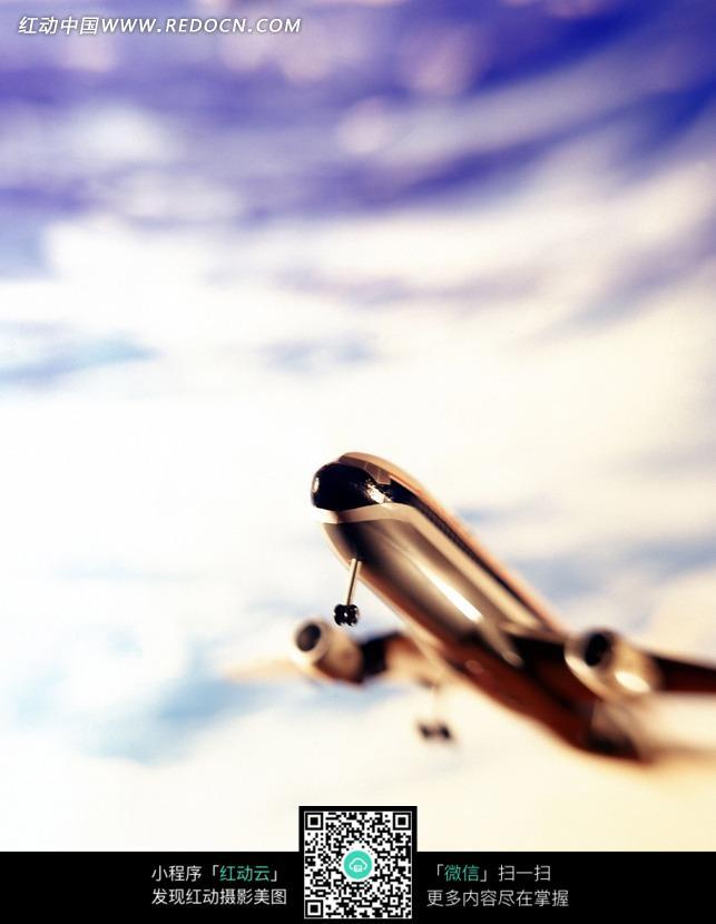 蓝天中起飞的飞机玩具模型图片