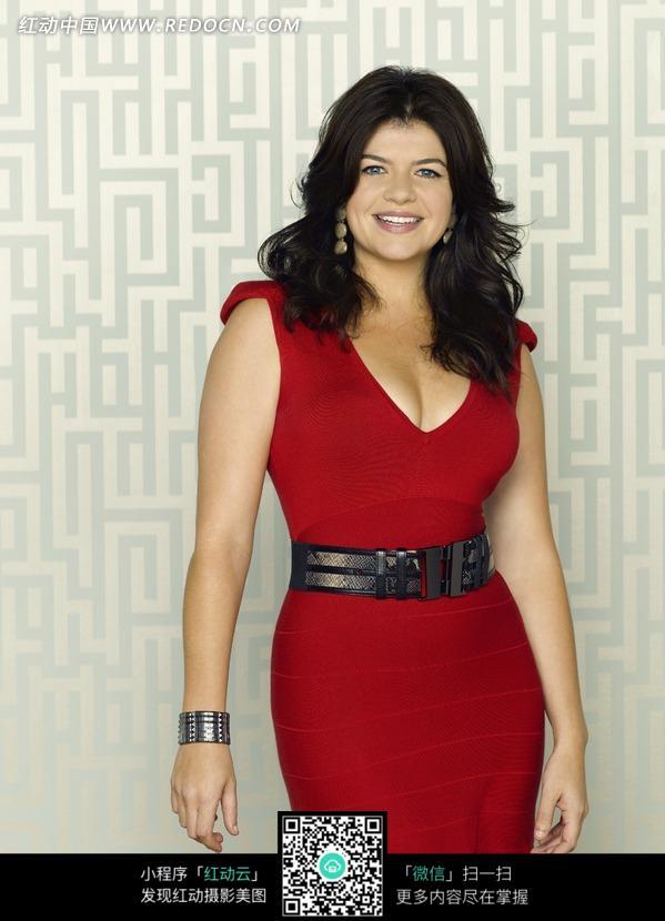 穿红色连衣裙的外国美女