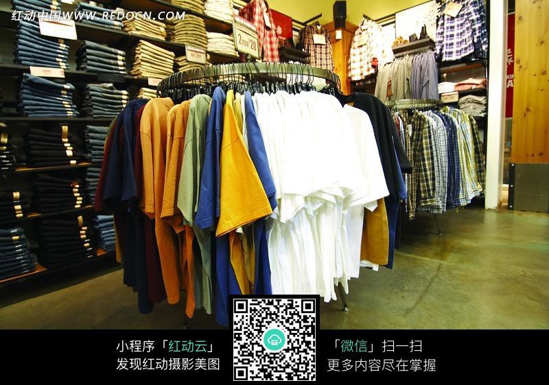 服装展示货架上的各种t恤图片(编号:932175)_