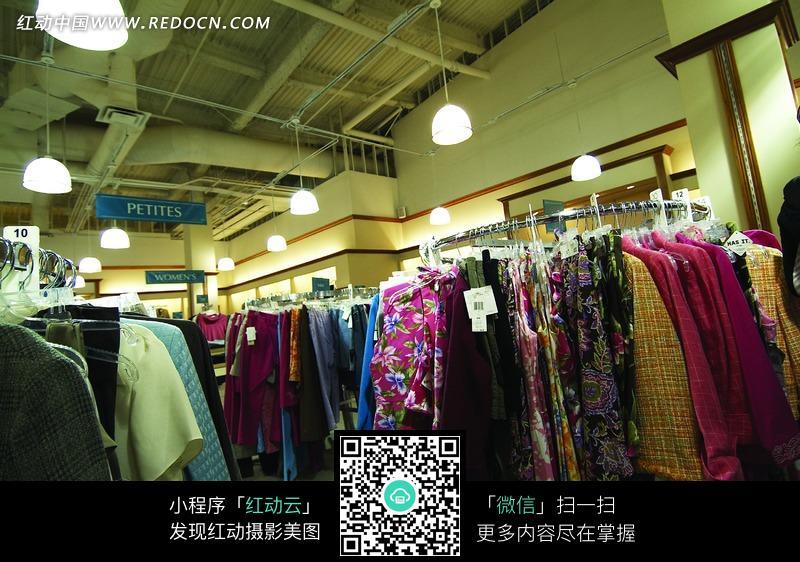 商场衣服展陈摄影照片图片