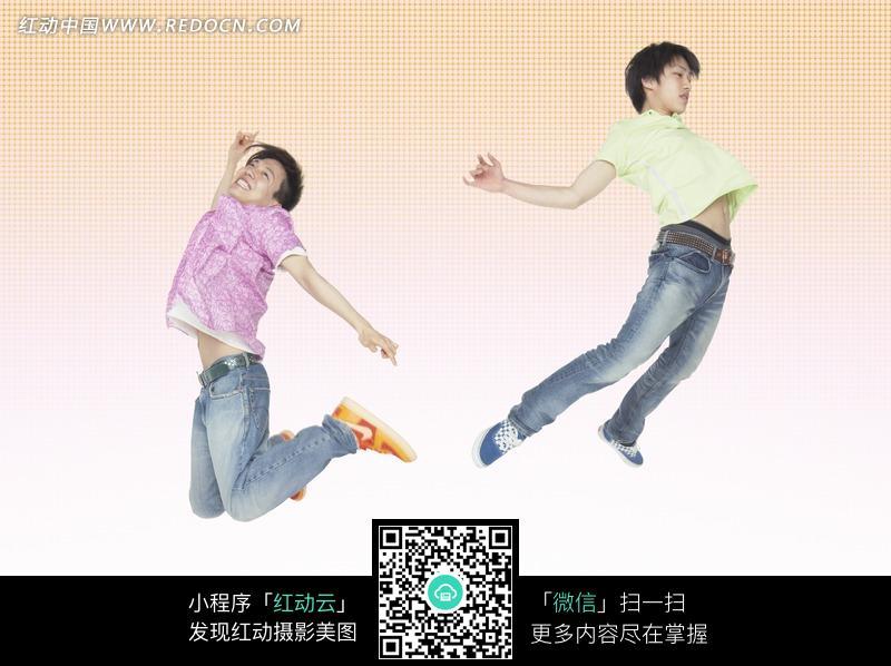 跳起来的两个男子图片