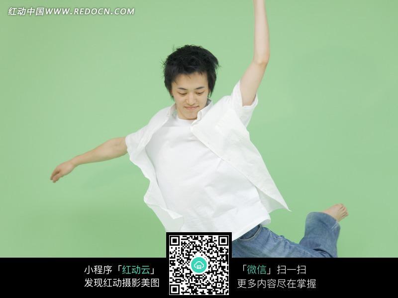绿色背景和跳舞的男孩