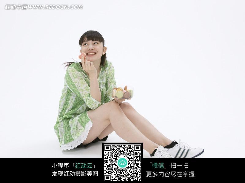 双腿伸开坐着的女人图片