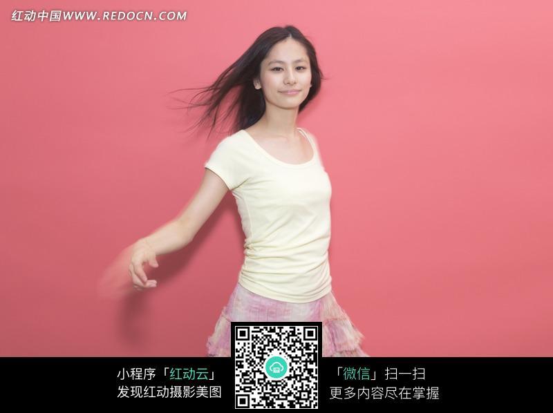 穿粉色短裙跳舞的美女图片