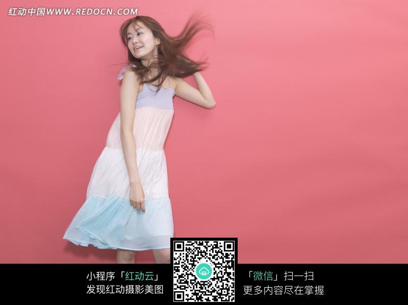 穿淡色吊带裙的美女图片 高清图片