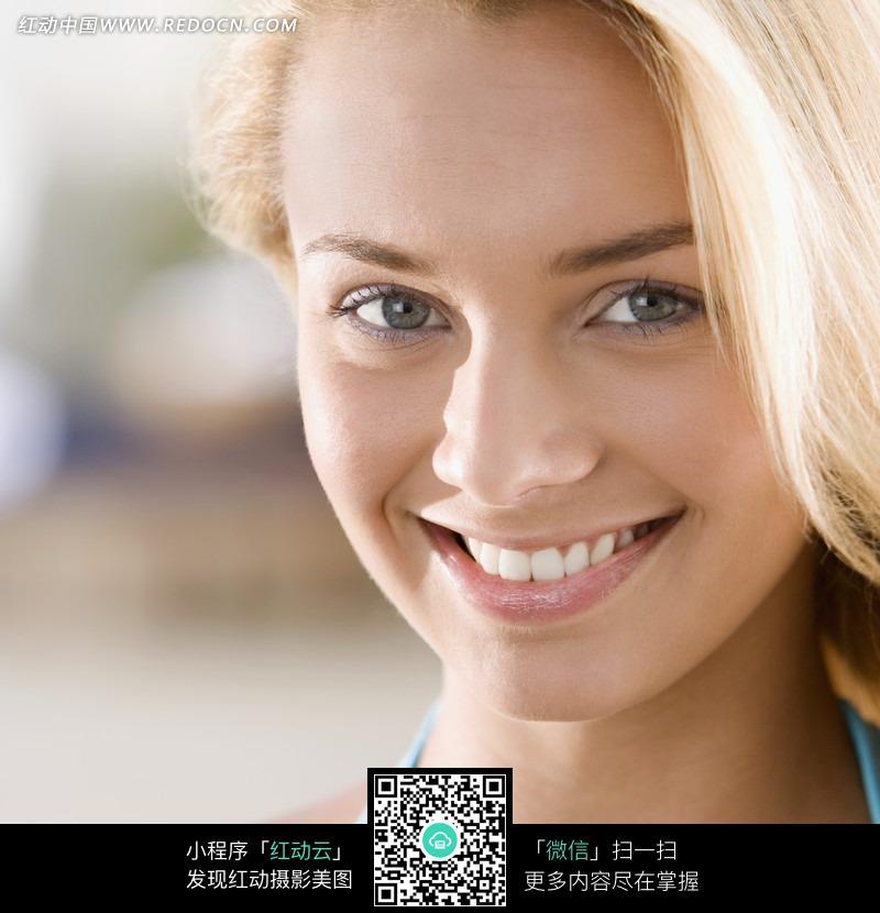 微笑的外国金发美女特写图片