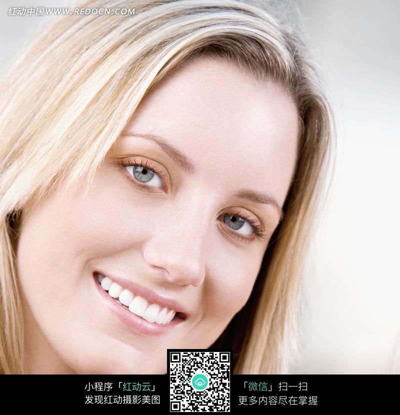 日常生活精美素材免费下载,您当前访问素材主题是微笑金发的外国美女
