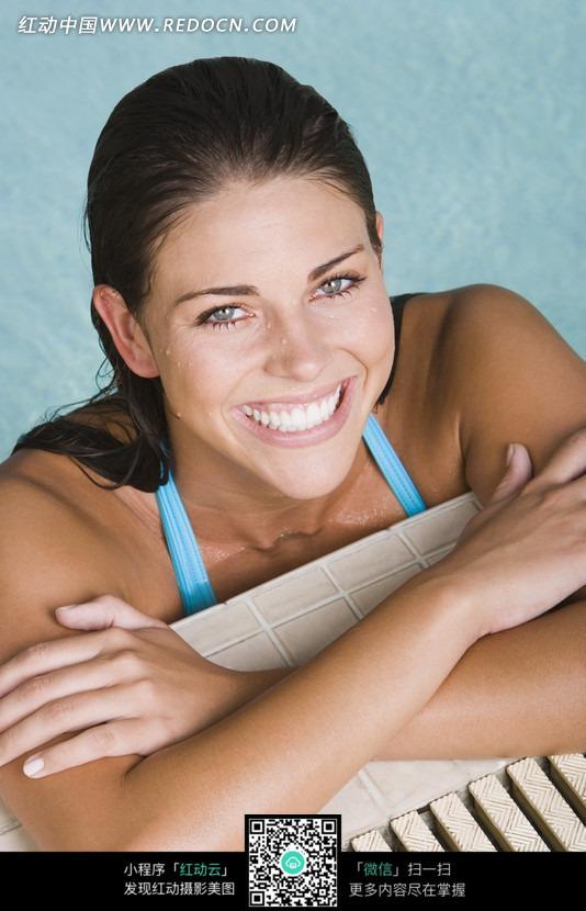 游泳池里穿比基尼泳装的外国美女图片 人物图