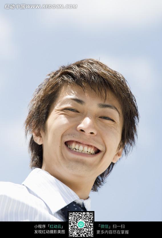 笑容灿烂的男生图片_日常生活图片