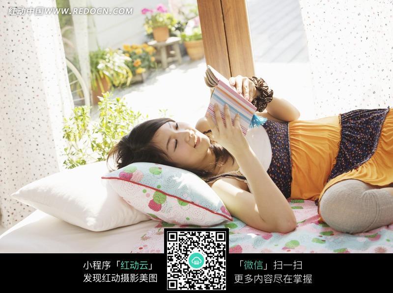躺在床上看书的美女