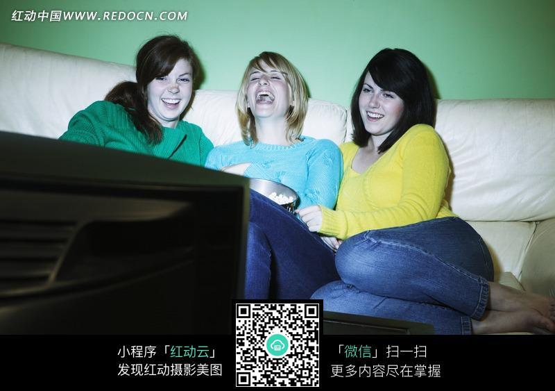 三个看着电视大笑的美女图片 日常生活图片