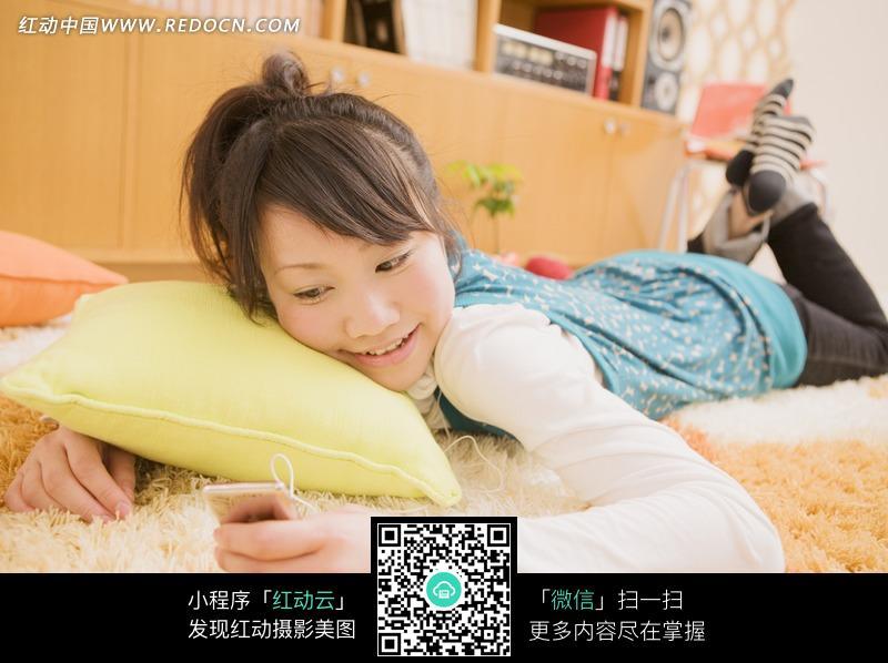 趴在床上看手机的可爱女孩图片